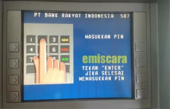 Memasukkan PIN kartu ATM